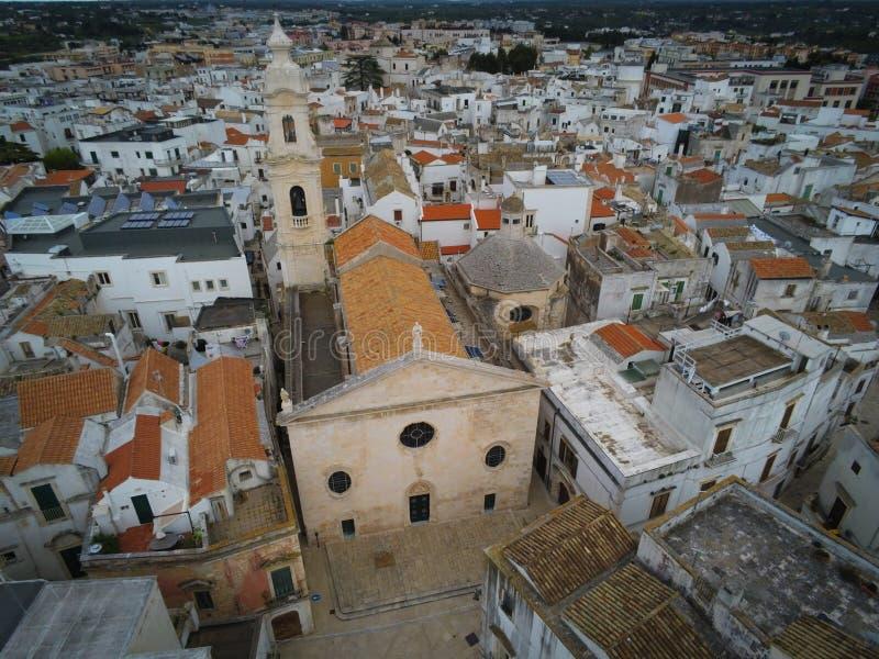 Tiro aéreo con el abejón de la iglesia de la natividad en la ciudad de Noci, cerca de Bari, en el sur de Italia fotografía de archivo