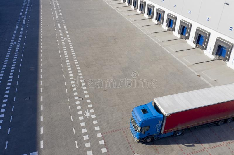 Tiro aéreo da doca de carga industrial do armazém, caminhão com semi os reboques para carregar a mercadoria foto de stock royalty free