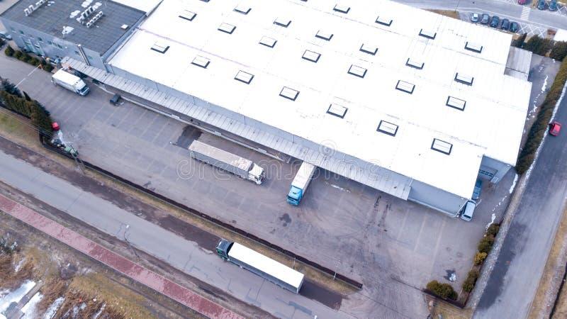 Tiro aéreo da doca de carga industrial do armazém onde muito Truc fotos de stock royalty free