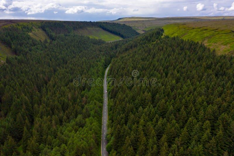 Tiro aéreo da estrada famosa da passagem da serpente encontrada em montes de Derbyshire do parque nacional do distrito máximo, Re imagens de stock royalty free