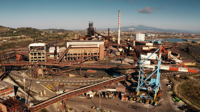 Tiro aéreo da facilidade industrial velha perto de Piombino, Itália foto de stock