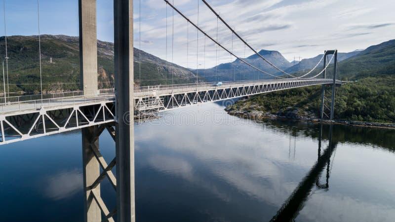 Tiro aéreo da ponte Rombaksbrua sobre a baía de Straumen de Ofotfjord imagem de stock