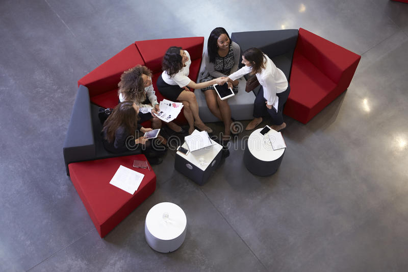 Tiro aéreo das mulheres de negócios que encontram-se na entrada do escritório imagens de stock