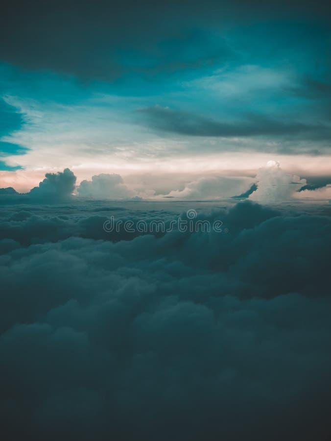 Tiro aéreo das nuvens da alta altitude na noite foto de stock royalty free