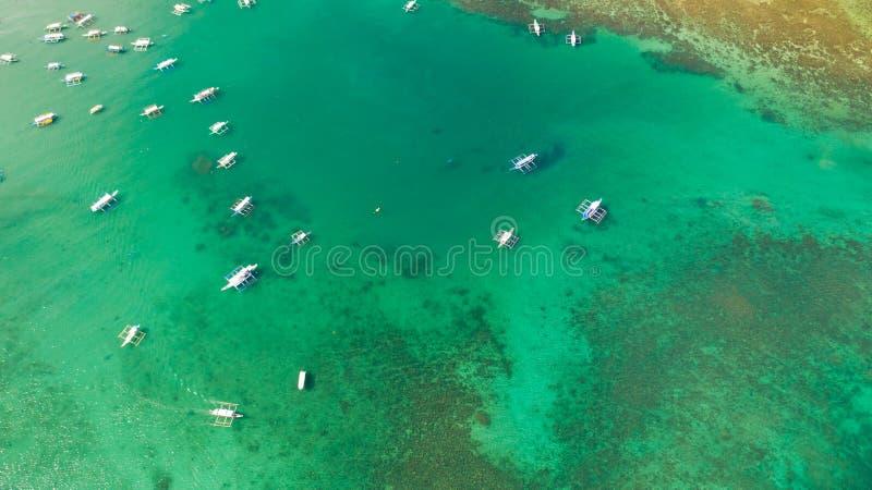 Tiro aéreo de barcos locais na praia do EL Nido, Palawan, Filipinas fotos de stock