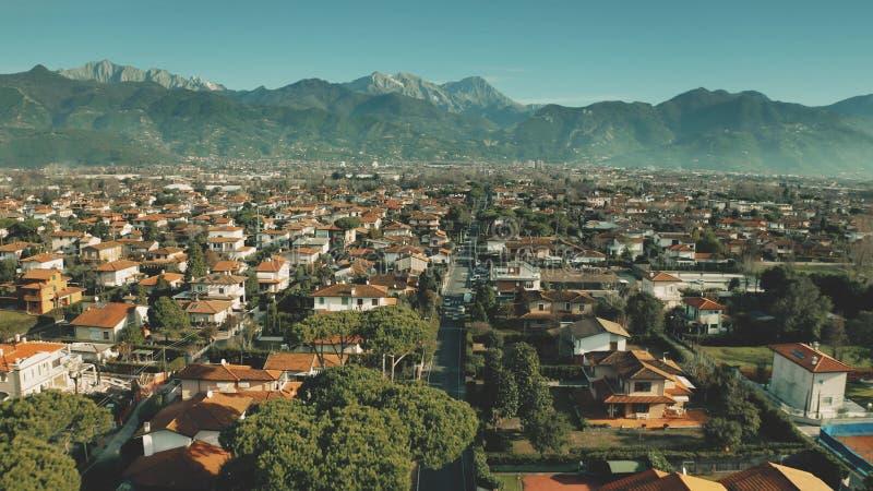 Tiro aéreo de la baja altitud de chalets y de calles en Forte dei Marmi, Italia imagenes de archivo