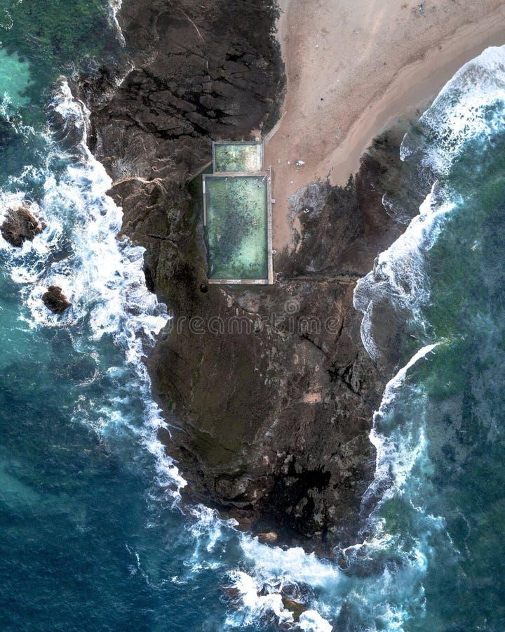 Tiro aéreo de la gente que nada en una piscina grande empleada la costa rocosa en Tailandia imagenes de archivo