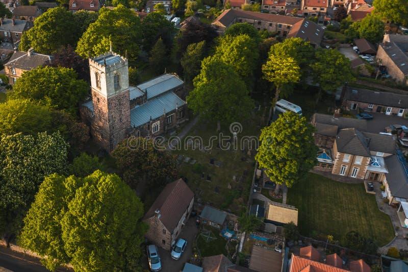 Tiro aéreo de la iglesia del St Helen encontrada en Treeton, Reino Unido imagen de archivo