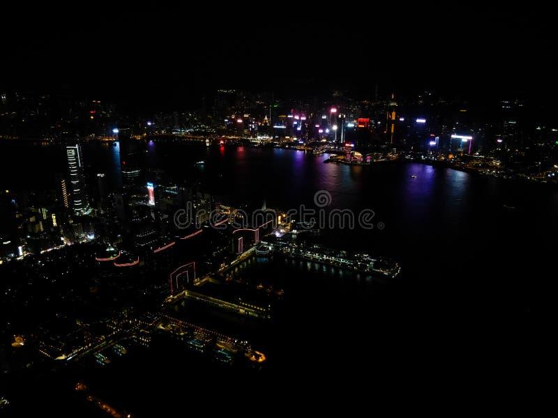 Tiro aéreo de la noche sobre la bahía de Hong Kong foto de archivo libre de regalías