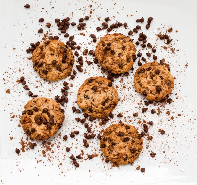 Tiro aéreo de las galletas de microprocesador de chocolate en el fondo blanco imagen de archivo