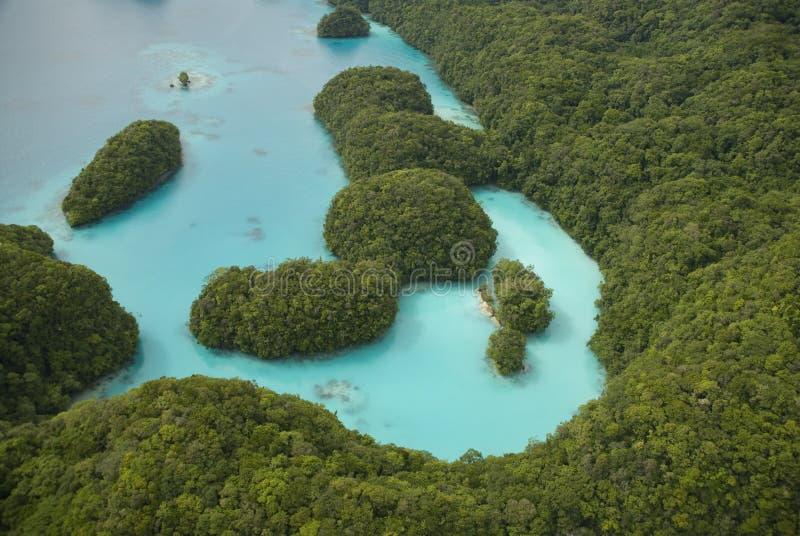 Tiro aéreo de las islas y de la laguna tropicales imagen de archivo