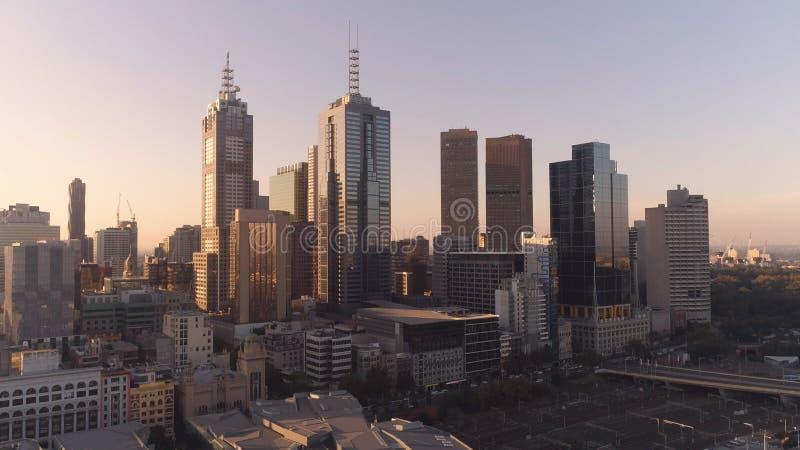 Tiro aéreo de los rascacielos céntricos de Melbourne en puesta del sol Melbourne, Victoria, Australia foto de archivo libre de regalías