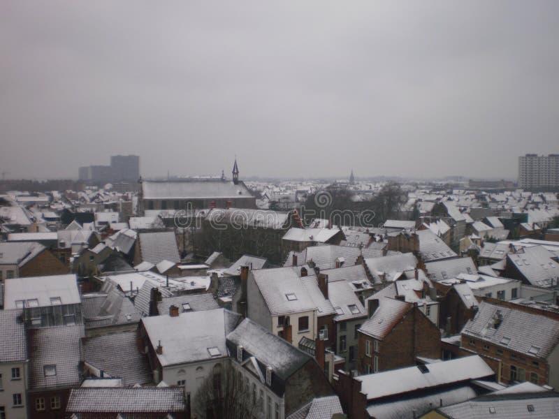Tiro aéreo de los tejados nevados hermosos en el pueblo en Gante 23 de marzo de 2013 Gante, Flandes Occidental, Bélgica Vacacione imagenes de archivo