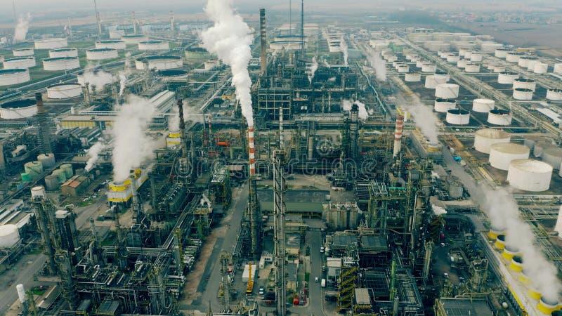 Tiro aéreo de pilhas de fumo e tubulações de uma fábrica química foto de stock