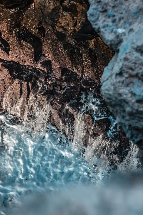 Tiro aéreo de rochas bonitas e de ondas fortes no mar fotografia de stock royalty free