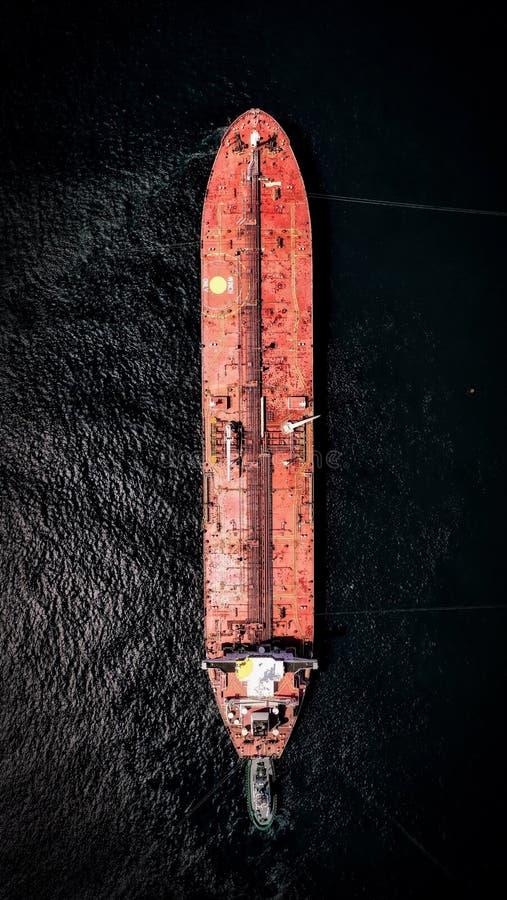 Tiro aéreo de um grande navio do portador do recipiente na água com texturas bonitas foto de stock royalty free