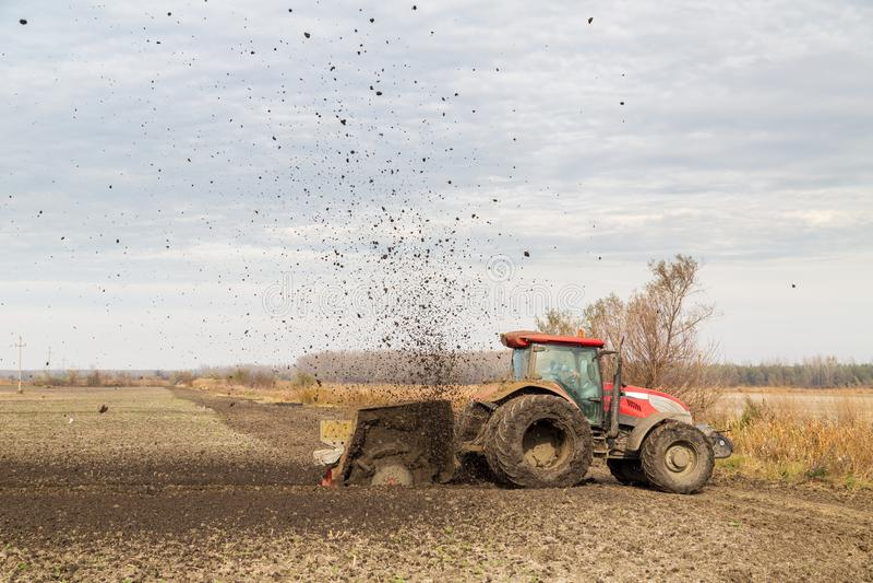 Tiro aéreo de um trator que cultiva o campo na mola fotografia de stock royalty free