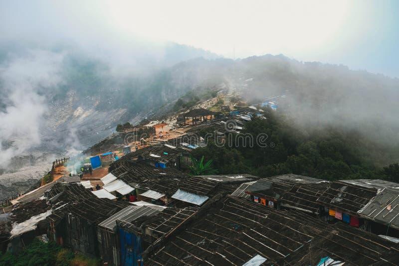 Tiro aéreo de uma vila suburbana com a névoa natural que paira sobre imagens de stock royalty free