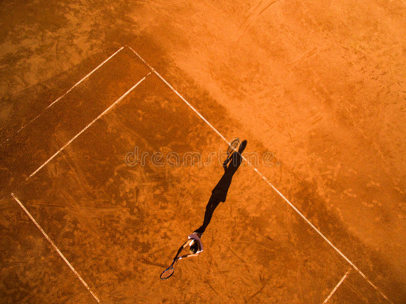 Tiro aéreo de un jugador de tenis de sexo femenino en una corte foto de archivo libre de regalías
