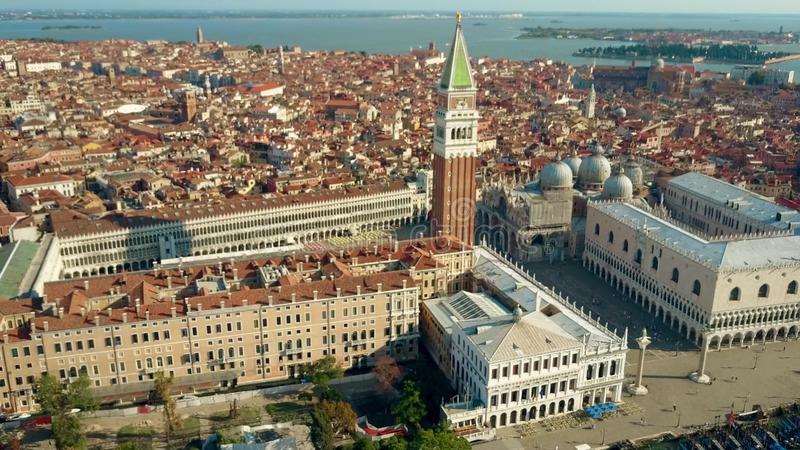 Tiro aéreo de Veneza que envolve a praça famosa San Marco, o Campanile e o palácio do ` s do doge imagens de stock