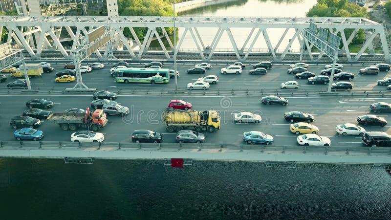 Tiro aéreo del atasco de la carretera de la ciudad en un puente del coche sobre la hora punta imagenes de archivo