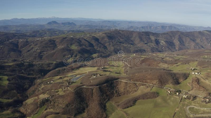 Tiro aéreo del paisaje montañoso de la región de Emilia-Romagna, Italia imagen de archivo
