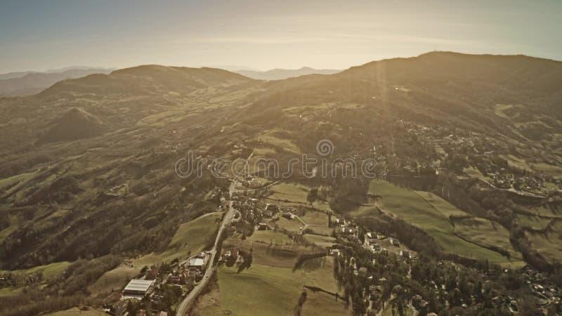 Tiro aéreo del paisaje montañoso hermoso de la región de Emilia-Romagna en Italia fotos de archivo