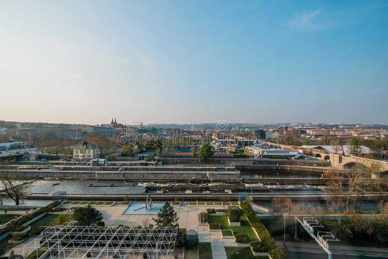 Tiro aéreo do centro de cidade de Praga, República Checa - primavera de 2019 fotos de stock