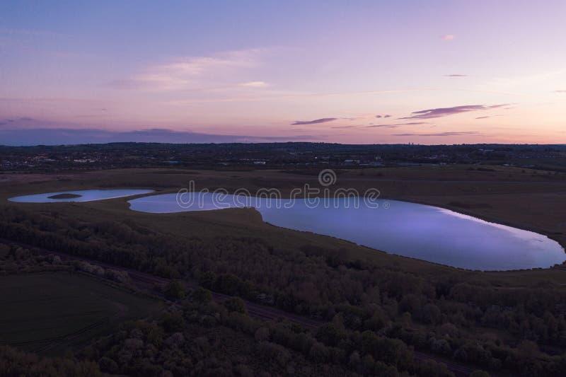 Tiro aéreo do por do sol sobre o lago Waverley, Rotherham, South Yorkshire imagem de stock