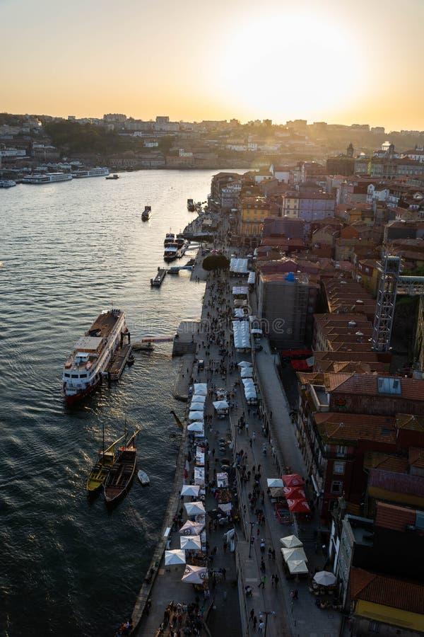 Tiro aéreo do rio de Ribeira e de Douro, Porto, no por do sol foto de stock