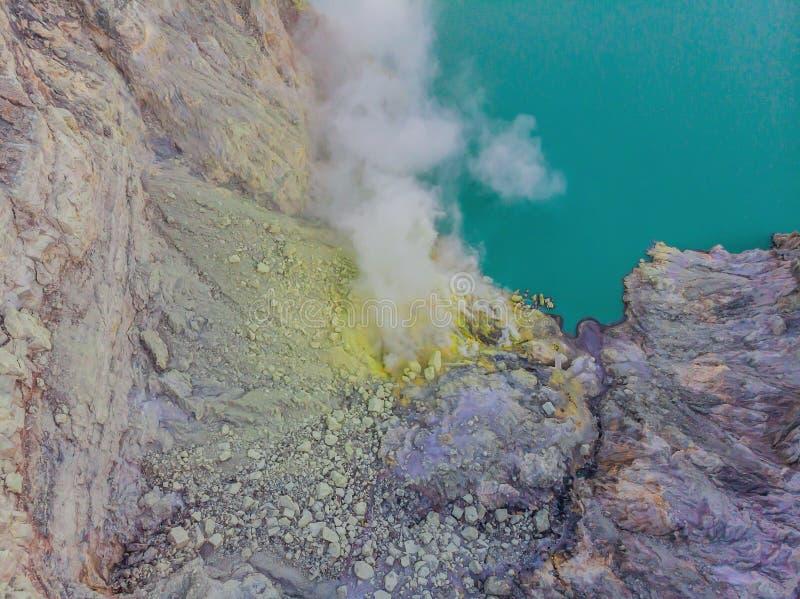 Tiro aéreo do vulcão de Ijen ou do Kawah Ijen na língua indonésia Vulcão famoso que contém o mais grande no fotos de stock royalty free