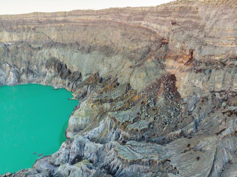 Tiro aéreo do vulcão de Ijen ou do Kawah Ijen na língua indonésia Vulcão famoso que contém o mais grande no foto de stock