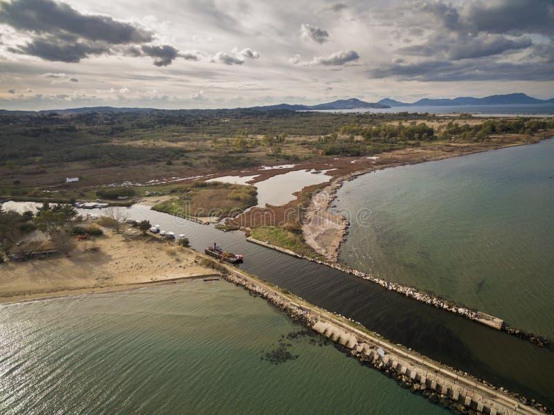 Tiro aéreo do zangão de um término do rio no mar Corfu sul Gr?cia imagens de stock
