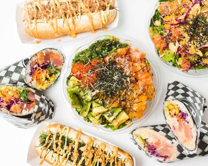 Tiro aéreo dos alimentos e de pratos laterais em uma superfície branca foto de stock royalty free
