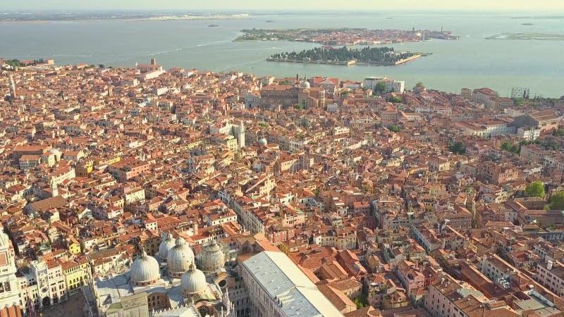Tiro aéreo escénico de Venecia y de las islas distantes de San Micaela y de Murano, Italia imagen de archivo libre de regalías