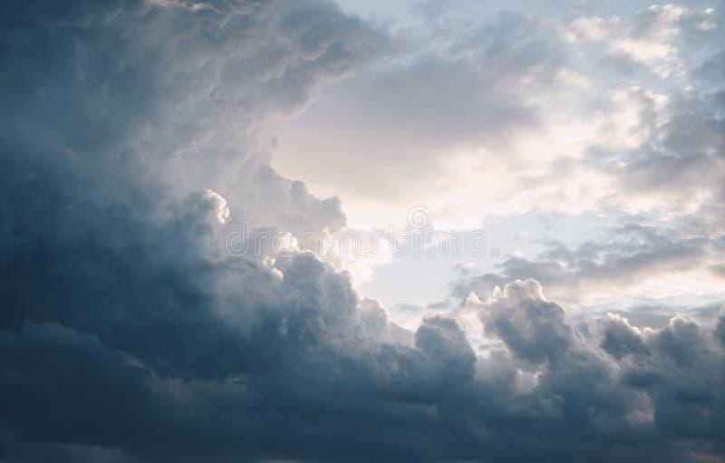 Tiro aéreo que sorprende de nubes oscuras impresionantes en el cielo imagen de archivo