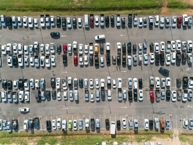 Tiro aéreo sobre los vehículos en el estacionamiento del centro comercial, opinión de alto ángulo que mira directamente abajo fotografía de archivo libre de regalías