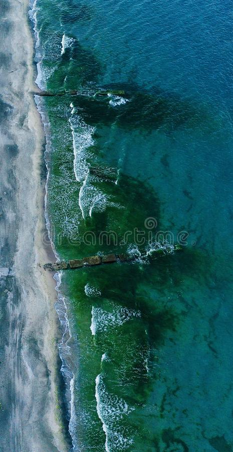Tiro aéreo vertical de uma linha costeira bonita imagens de stock