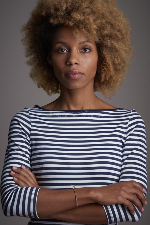 Tiro afroamericano confiado del estudio de la mujer imágenes de archivo libres de regalías