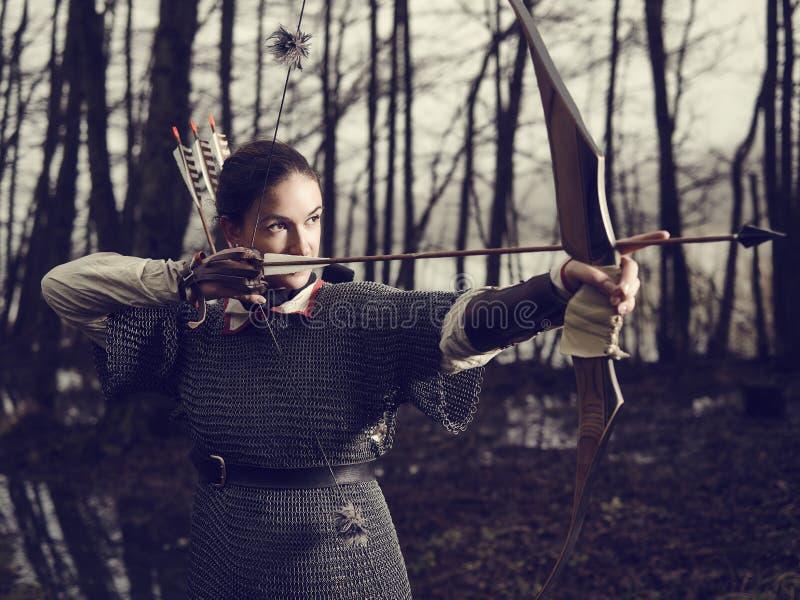 Tiro al arco medieval, lanzamiento de la mujer fotografía de archivo libre de regalías