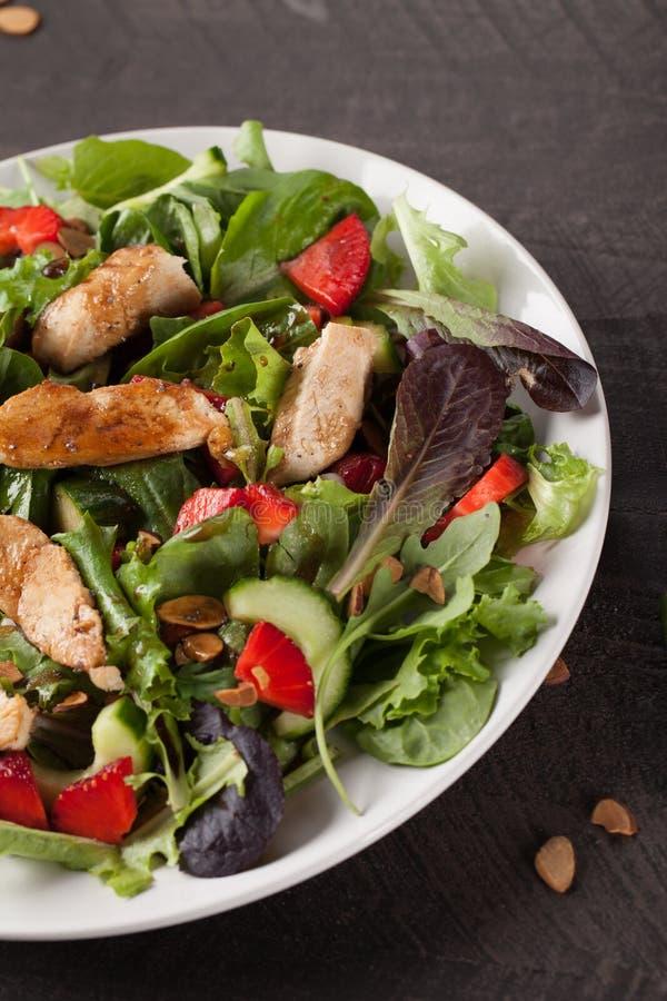 Tiro alaranjado do vertical de Honey Balsamic Salad da morango fotos de stock royalty free