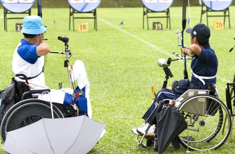 Tiro all'arco della presidenza di rotella per le persone invalide fotografie stock