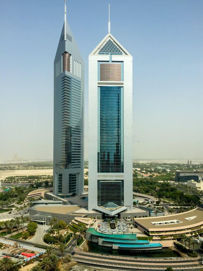Tiro alto épico de torres gêmeas de Dubai em Sheikh Zayed Road imagens de stock