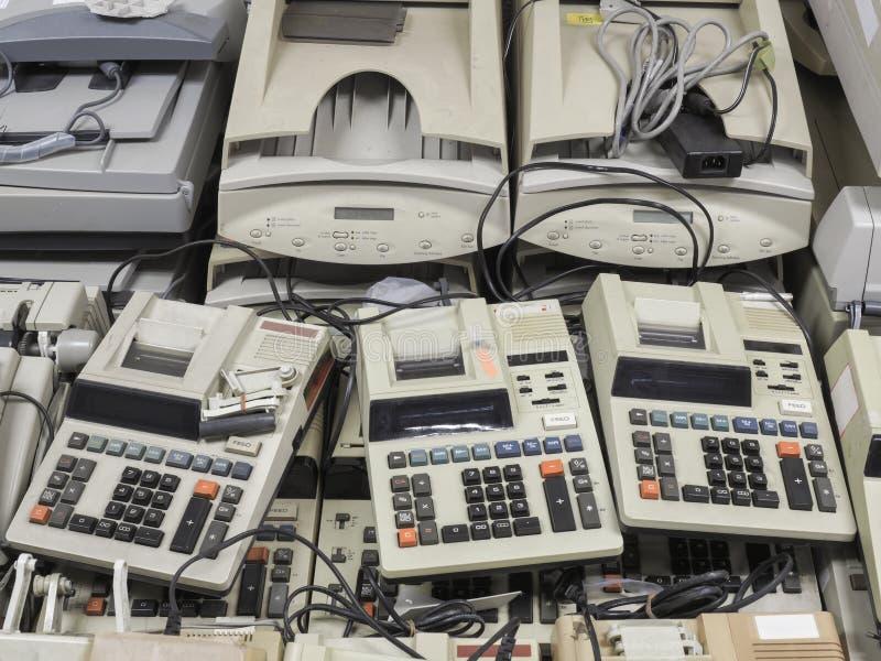 Tiro ancho de alta resolución de las máquinas viejas dispuestas del cajero y de p foto de archivo