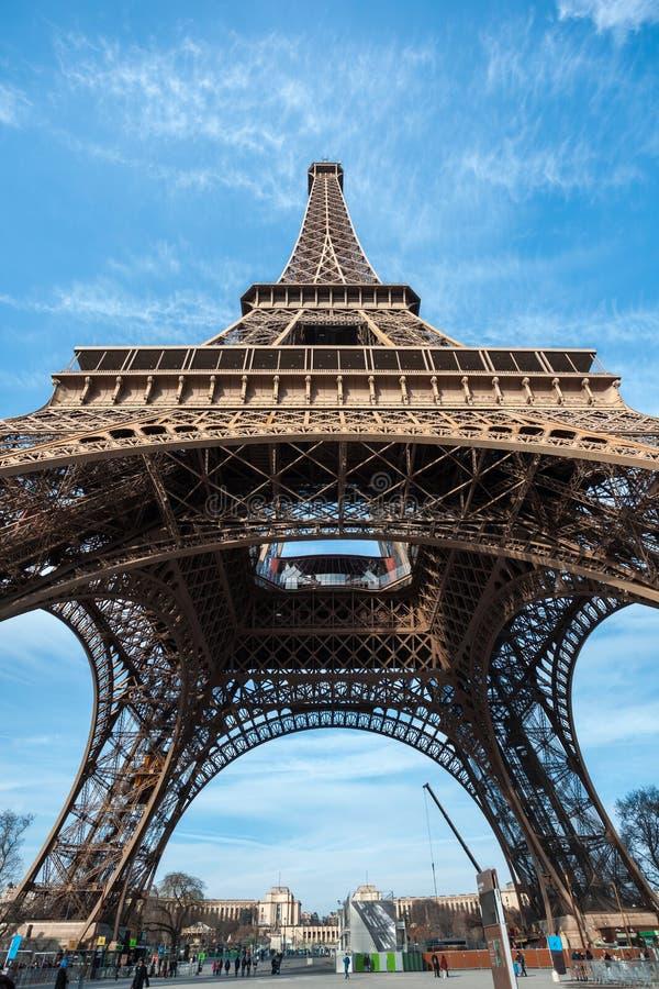 Tiro ancho de la torre Eiffel con el cielo azul en París foto de archivo