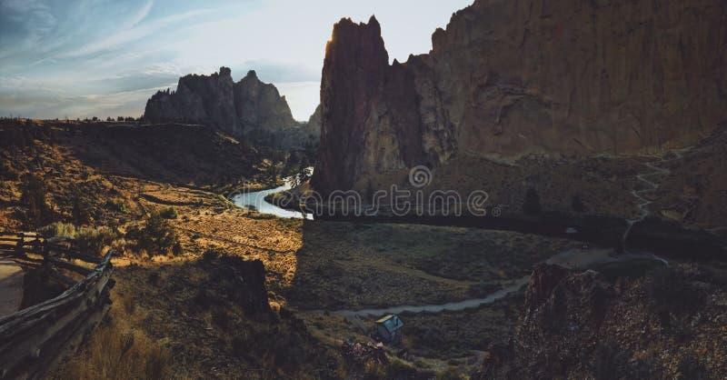 Tiro ancho de un lago con curvas cerca de una montaña en el parque de estado de la roca del forjador foto de archivo libre de regalías