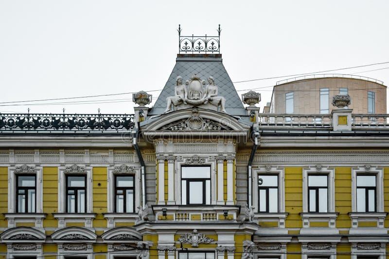 Tiro ancho de un palacio grande con arquitectura hermosa y estatuas imagenes de archivo