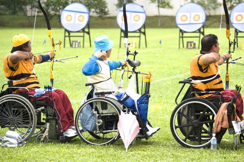 Tiro ao arco da cadeira de roda para pessoas incapacitadas fotografia de stock