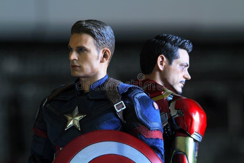 Tiro ascendente cercano de capitán America e Ironman, guerra civil fotos de archivo