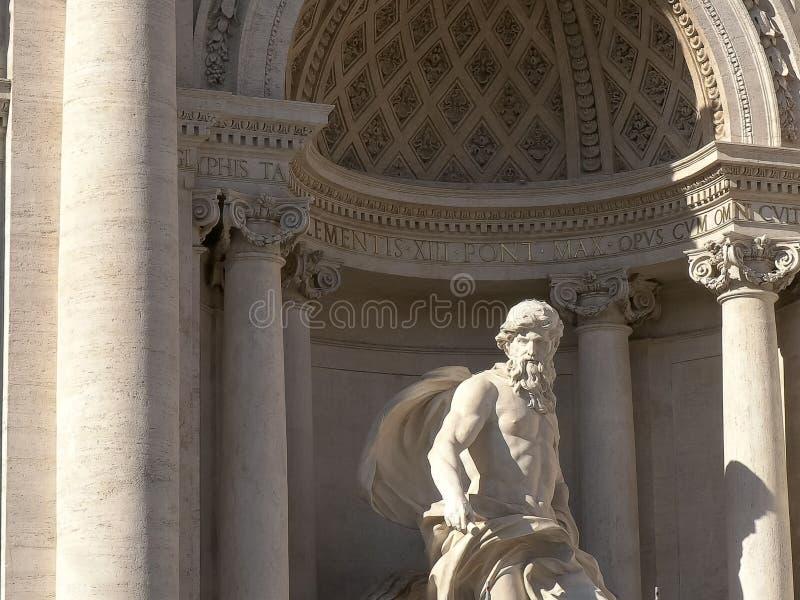 Tiro ascendente cercano de la estatua de Neptuno en la fuente del Trevi, Roma, fotos de archivo libres de regalías